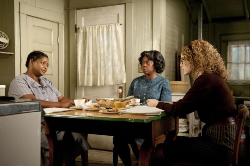 Emma Stone in una scena di The Help insieme a Viola Davis e Octavia Spencer