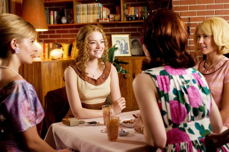 Emma Stone insieme alle amiche in una scena del film The Help