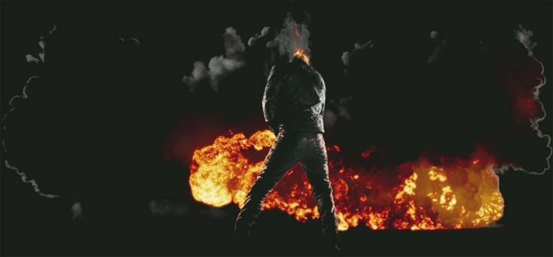 Ghost Rider: Spirit of Vengeance, il fantasma motociclista di spalle in una scena del film