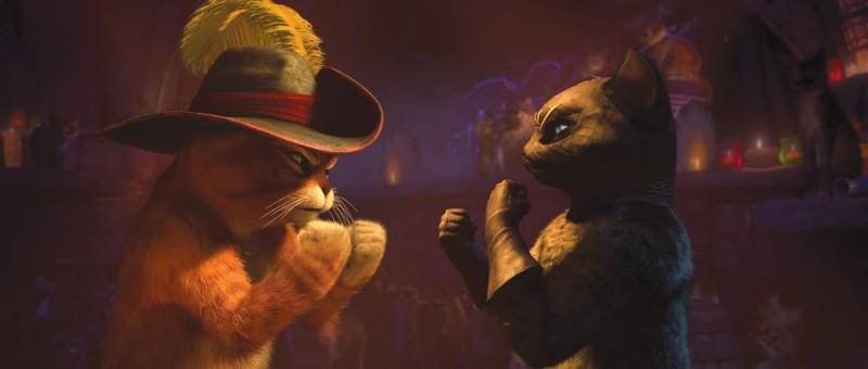 Il gatto con gli stivali: il gattone a duello con Kitty zampe di velluto in una scena del film