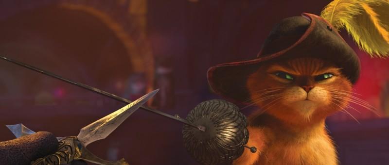 Il gatto con gli stivali: lo sguardo agguerrito del micio protagonista in una scena del film