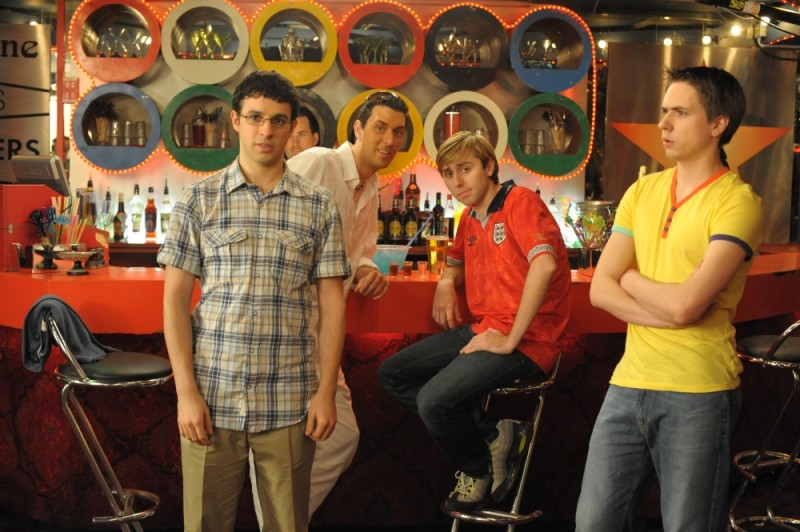 James Buckley, Simon Bird, Joe Thomas e Blake Harrison in un coloratissimo bar in una scena di Finalmente maggiorenni