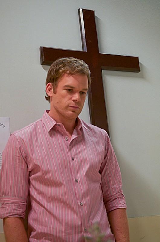 Michael C. Hall sotto un crocifisso in una scena dell'episodio Sins of Omission