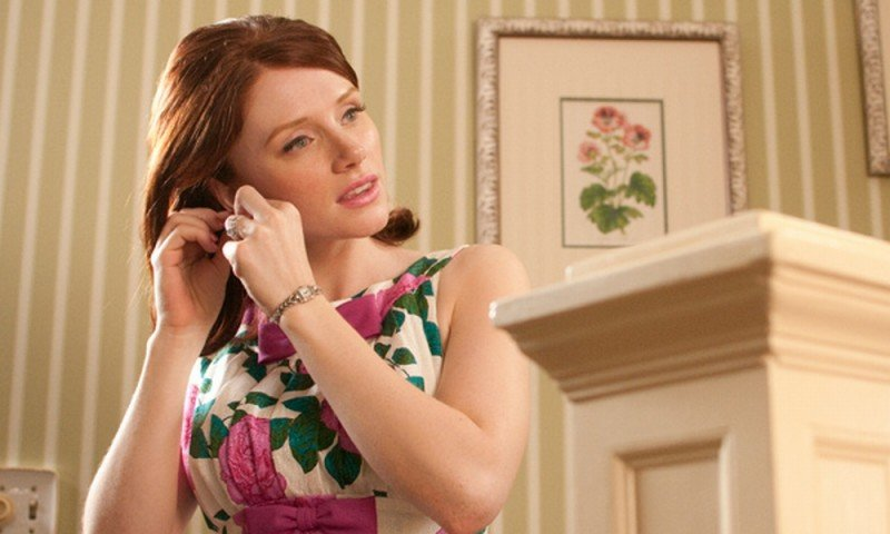 The Help: Bryce Dallas Howard si mette gli orecchini in una scena del film