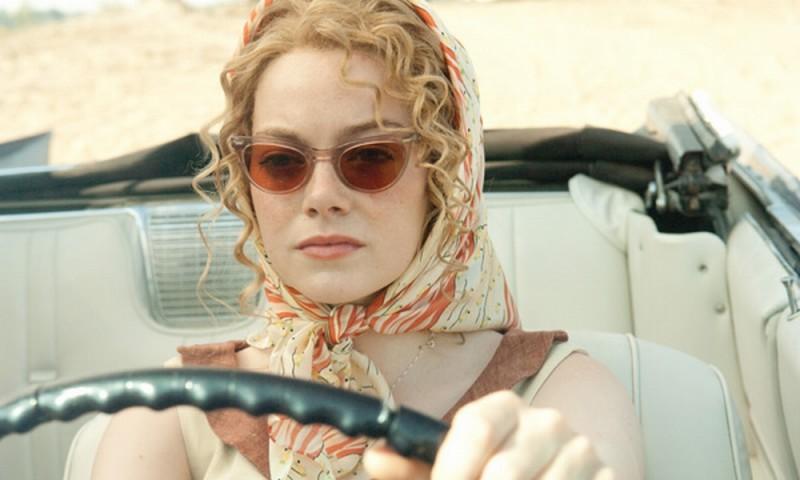 The Help: Emma Stone al volante in una scena del film