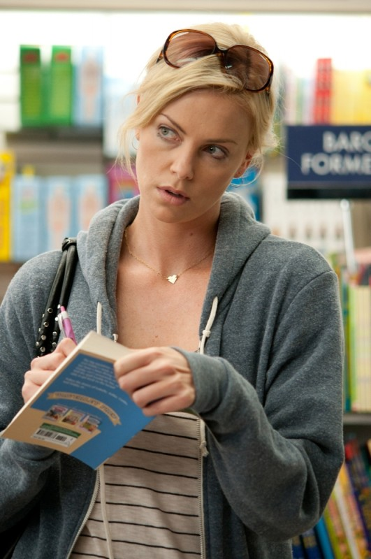 Young Adult: Charlize Theron in una scena del film