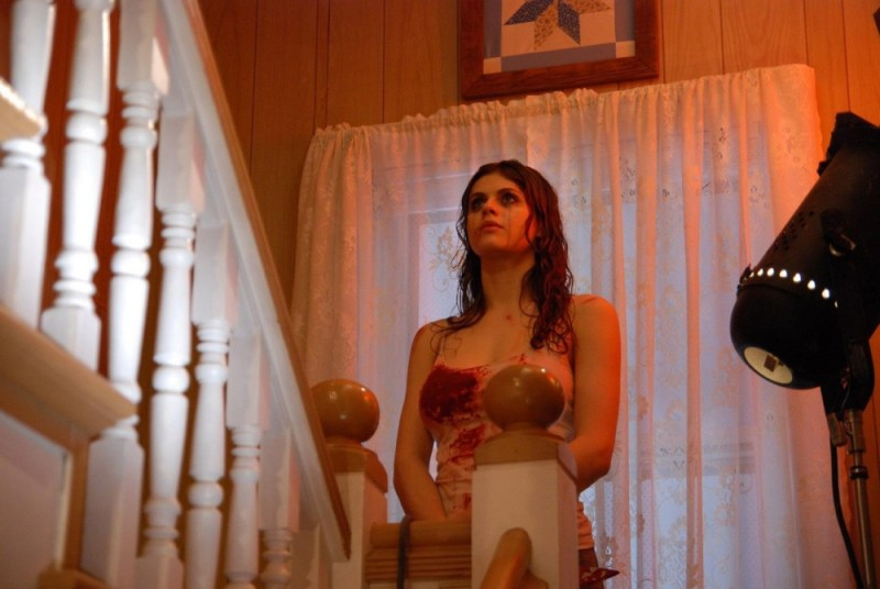 Alexandra Daddario insanguinata in una scena dell'horror Bereavement