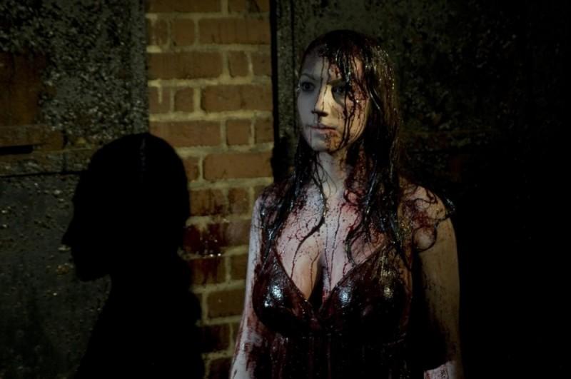 Ashley Wolfe in una scena dell'horror Bereavement