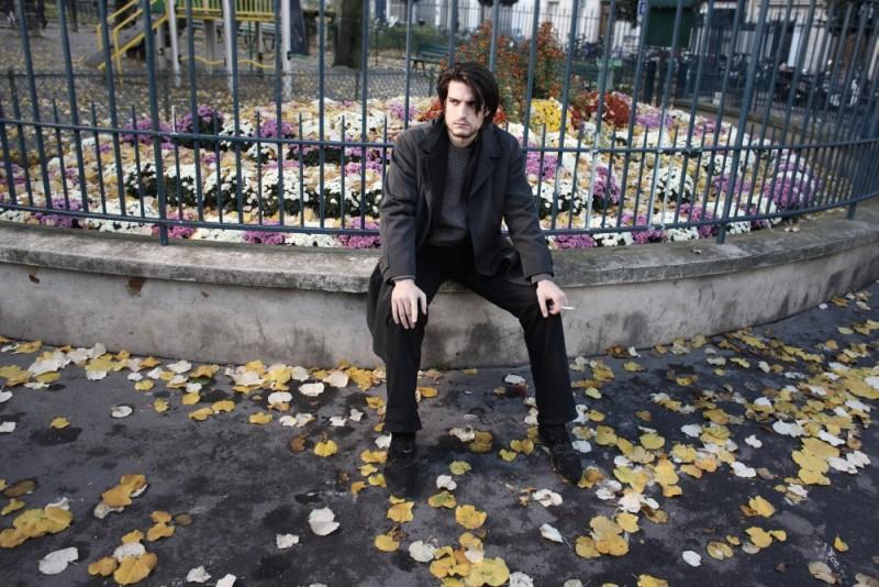 Louis Garrel in una scena tratta dal film Les bien-aimés