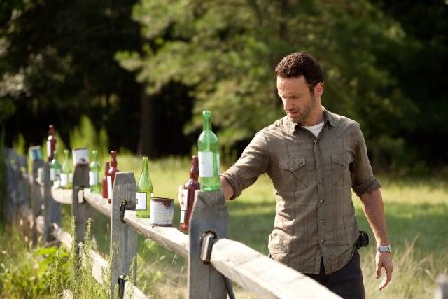 The Walking Dead: Andrew Lincoln in una scena dell'episodio Segreti