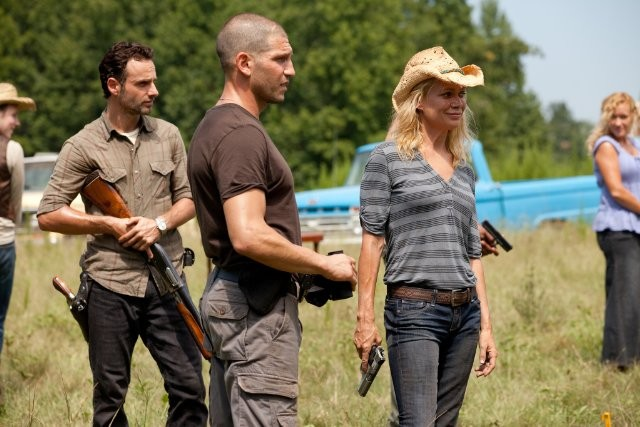 The Walking Dead: Andrew Lincoln, Jon Bernthal e Laurie Holden in una scena dell'episodio Segreti