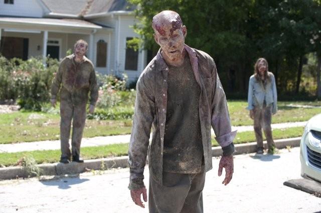 The Walking Dead: un minaccioso gruppo di Erranti in una scena dell'episodio Segreti