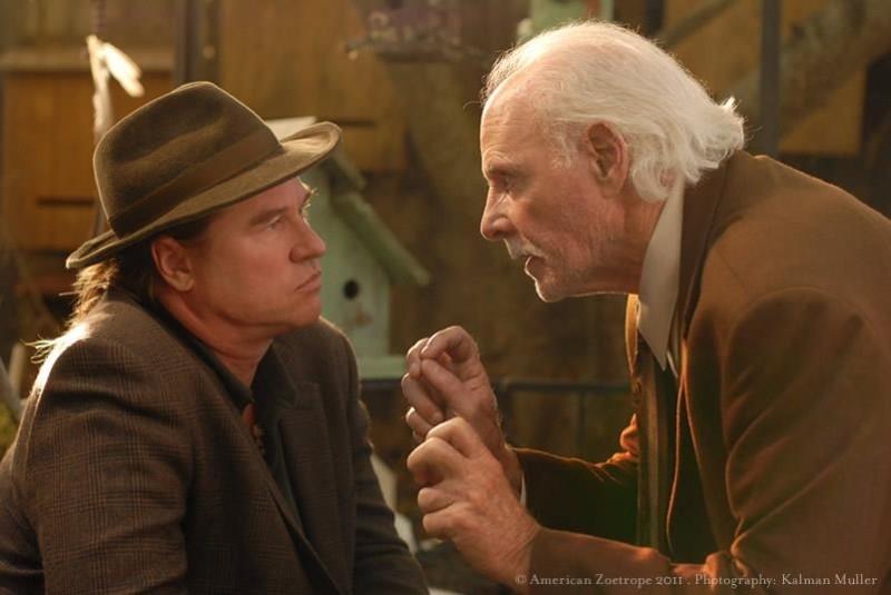 Val Kilmer e Bruce Dern in una scena del thriller Twixt