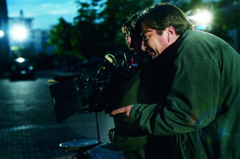 Il regista Aki Kaurismäki sul set del suo film Le luci della sera