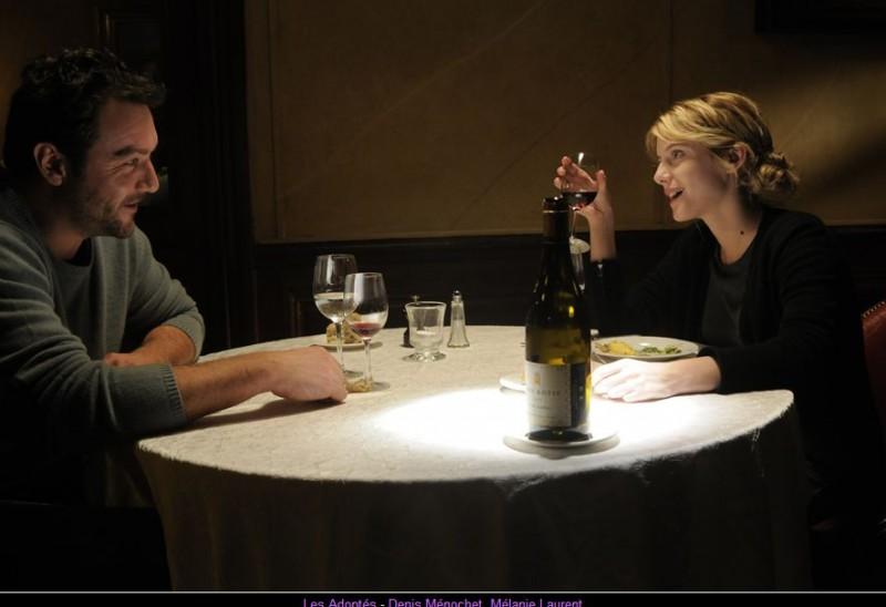 Mélanie Laurent e Denis Ménochet in Les Adoptés: una scena del film