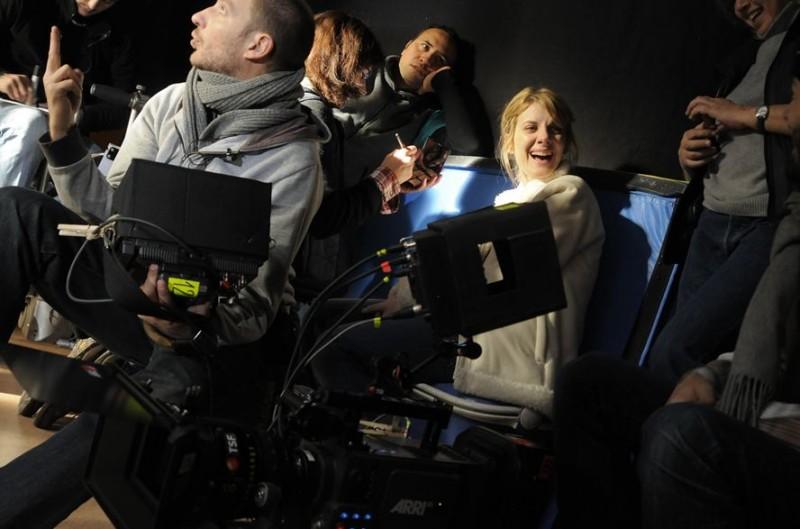Mélanie Laurent sorridente sul set di Les Adoptés