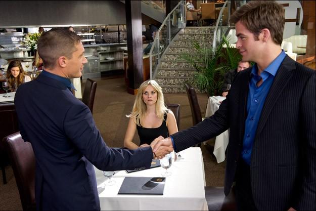 Reese Witherspoon assiste preoccupata al patto tra i colleghi Tom Hardy e Chris Pine in Uno spia... l'altro pure