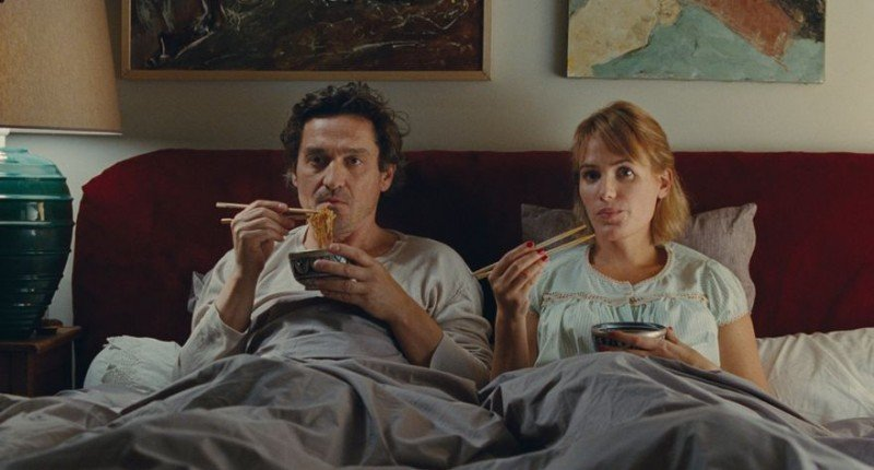 The Art of Love: Louis-Do de Lencquesaing e Judith Godrèche si concedono una cena orientale a letto in una scena del film in