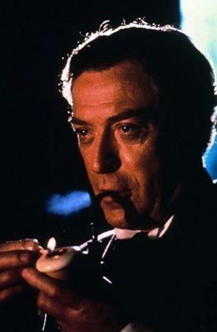 Michael Caine è Sherlock Holmes in Senza Indizio
