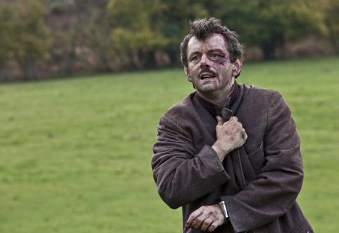 Michael Sheen in Resistance: una scena del film