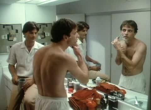 Aidan Quinn in Una gelata precoce (An Early Frost, 1985) con D.W. Moffett