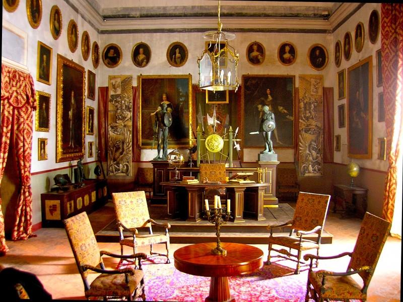 Ritorno a Rivombrosa: foto scenografia della sala armi del marchese Van Necker firmato da Giuseppe Pirrotta