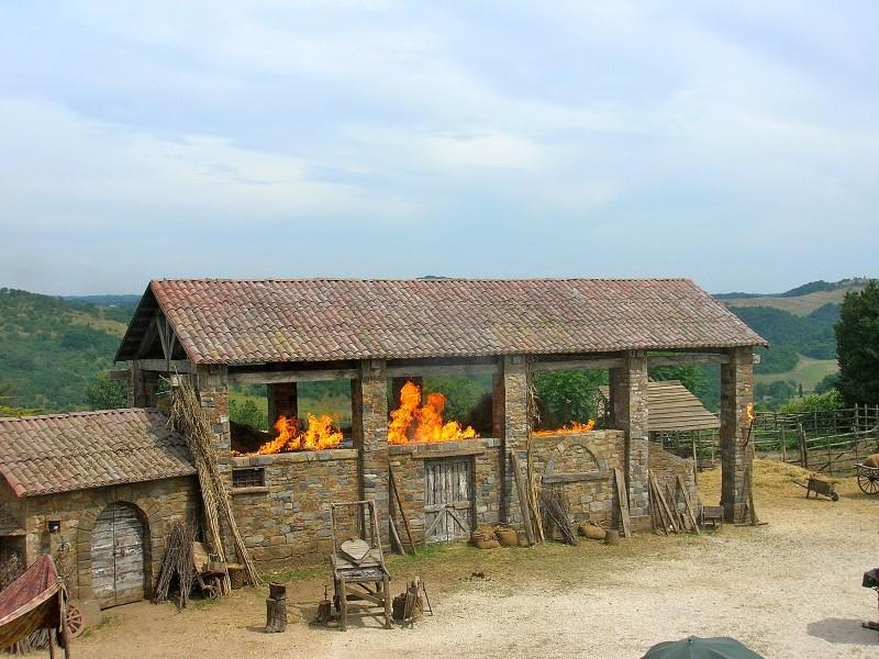 Ritorno a Rivombrosa: l'incendio del granaio nella scenografia realizzata da Giuseppe Pirrotta