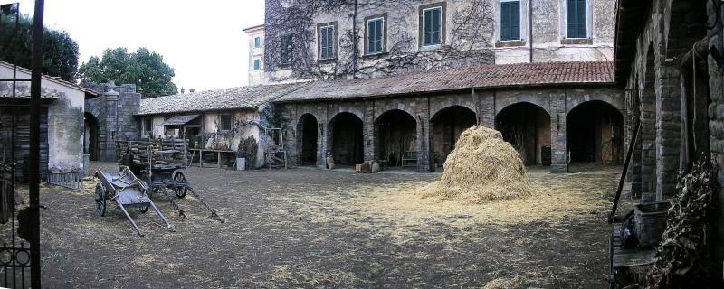 Scenografia del cortile delle stalle di Rivombrosa realizzata da Giuseppe Pirrotta