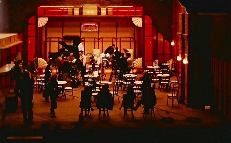 scenografia di E' proibito ballare firmata da Giuseppe Pirrotta