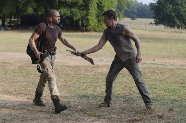 The Walking Dead: Norman Reedus e Jon Bernthal in una scena dell'episodio Muore la speranza