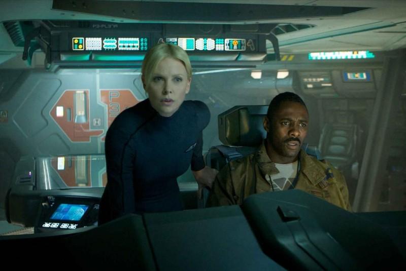 Charlize Theron e Idris Elba sull'astronave di Prometheus