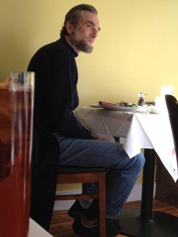 Daniel Day-Lewis, irriconoscibile nei panni di Abramo Lincoln, in pausa pranzo sul set di Lincoln