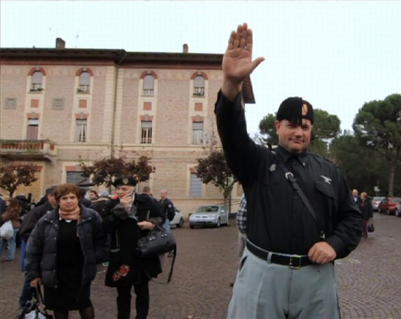 Alcuni seguaci di Mussolini a Predappio in una scena del documentario Il corpo del duce