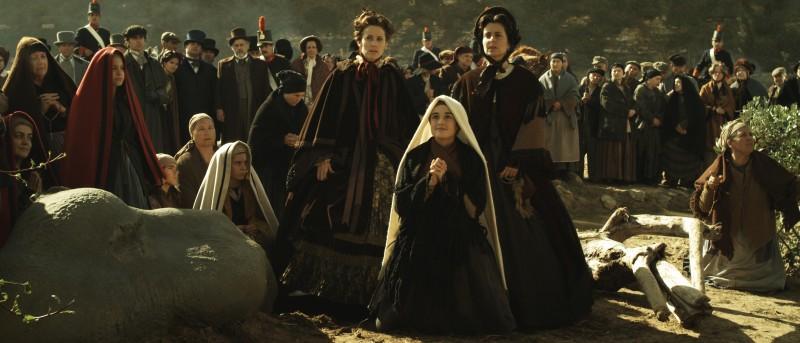Katia Cuq (al centro, inginocchiata) nel film Je m'appelle Bernadette