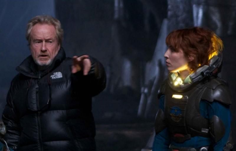 Ridley Scott illustra una scena alla sua protagonista Noomi Rapace in Prometheus