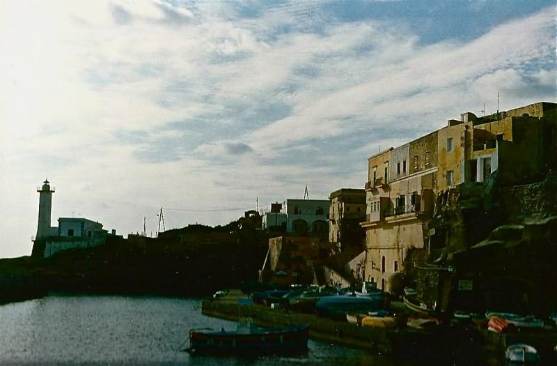 Un Amore Sconosciuto - esterno della locanda dell'isola, scenografia realizzata da Giuseppe Pirrotta