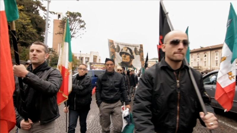 Una scena delle celebrazioni di Predappio tratta dal documentario Il corpo del duce