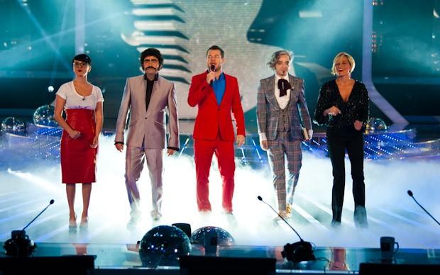 Alessandro Cattelan con Elio, Simona Ventura, Arisa e Morgan nella terza puntata di X-Factor 5