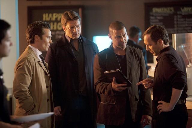 Castle: Nathan Fillion, Seamus Dever e Jon Huertas con Adam Pilver nell'episodio Kill Shot