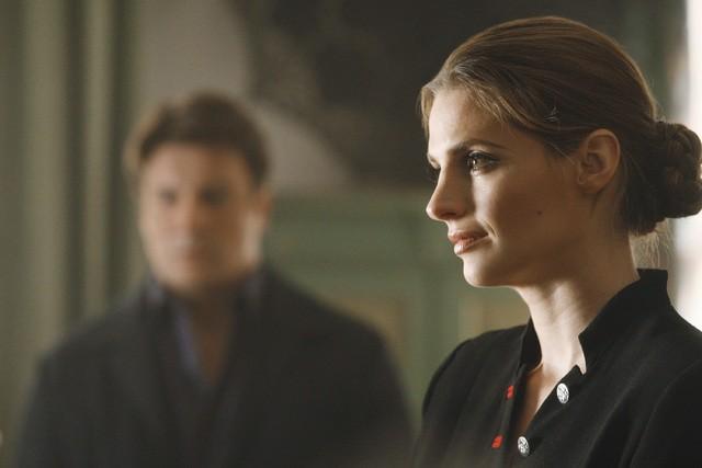 Castle: Nathan Fillion, sullo sfondo, e Stana Katic nell'episodio Demons