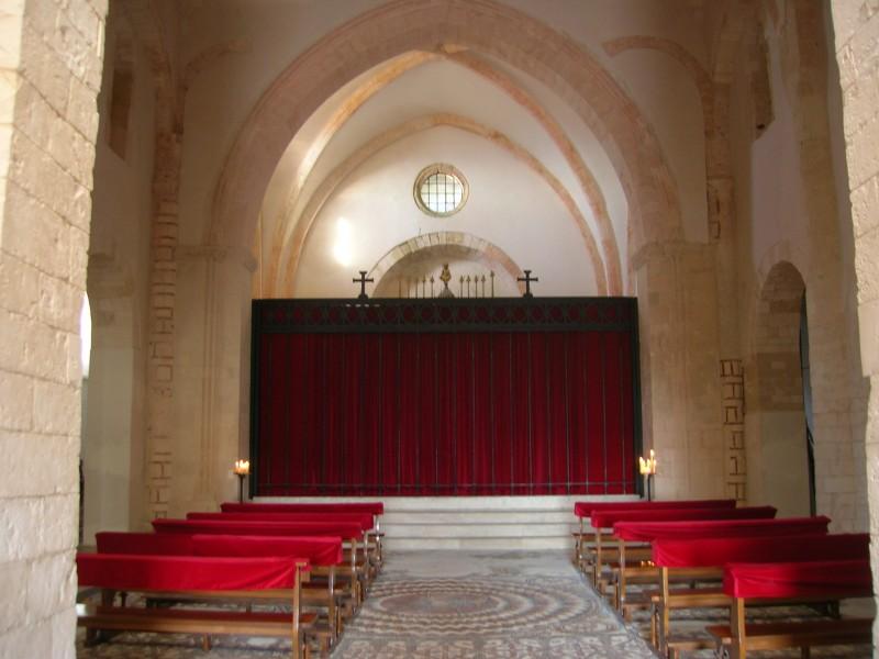 La Duchessa di Langeais- scenografia interno chiesa col grande sipario rosso di G.Pirrotta