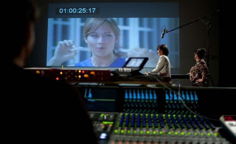 Hollywoo: Nikki Deloach (sullo schermo) e Florence Foresti in una scena della commedia.
