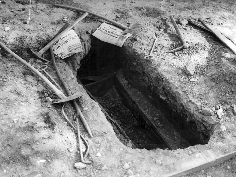 Il corpo del duce: la buca che ospitava la cassa di legno con i resti di Benito Mussolini