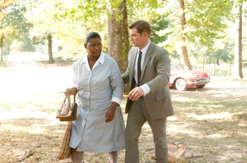 Octavia Spencer insieme a Mike Vogel in una scena di The Help