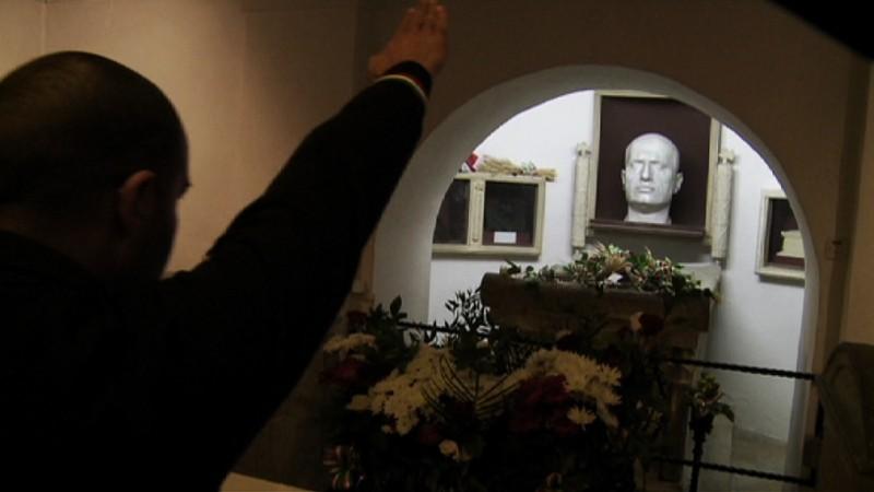 Un militante in visita alla tomba di Mussolini a Predappio in una scena de Il corpo del duce
