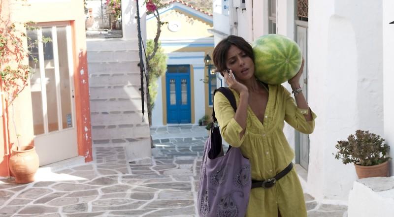 Ambra Angiolini con un cocomero in spalla in una scena del film Immaturi - Il viaggio