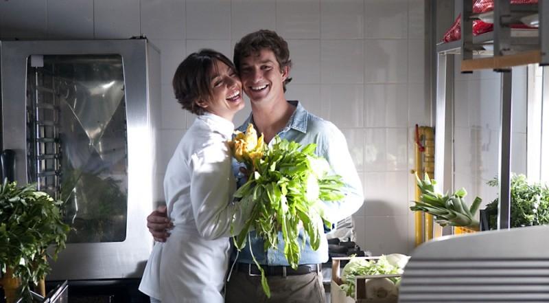 Ambra Angiolini e Alessandro Tiberi si abbracciano sul set del film Immaturi - Il viaggio