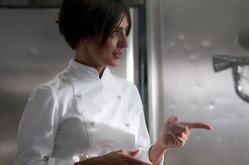 Ambra Angiolini in cucina in una scena del film Immaturi - Il viaggio