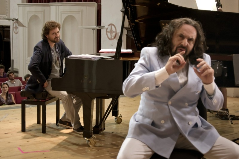Andrea Buscemi in una scena del film Finalmente la felicità insieme a Leonardo Pieraccioni