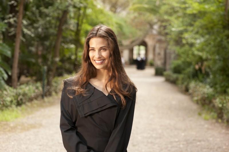 Ariadna Romero in abito da suora sul set di Finalmente la felicità
